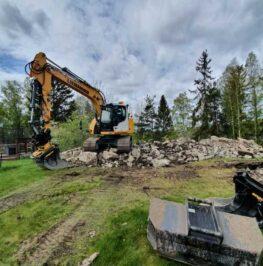 Grävmaskin utför schaktarbete