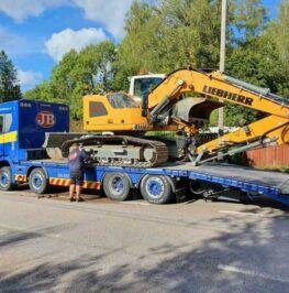 Grävmaskin transporteras till ett annat projekt i Stockholm