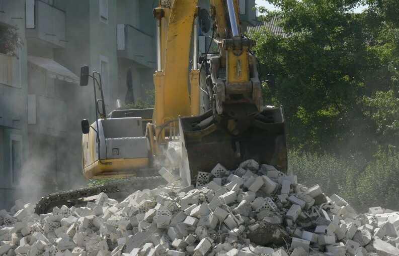 Bandburen grävmaskin utför rivningsarbete