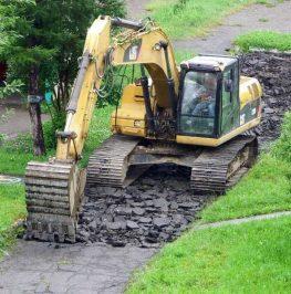 Grävmaskin utför rivning av asfalt