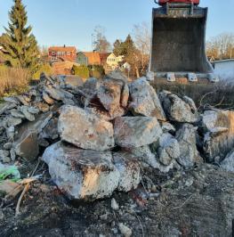 Grävmaskin skopa för sortering av stenar från schaktmassor