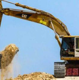 Bandburen grävmaskin schaktar sand