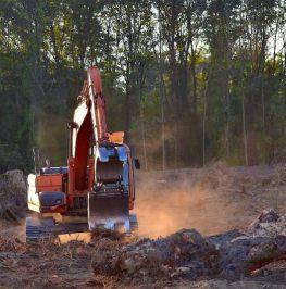 Bandgrävare utför grovterrassering