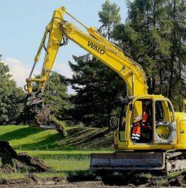 Bandburen grävmaskin utför vegetationsavtagning