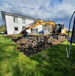 Bandburen grävmaskin schaktar för husgrund