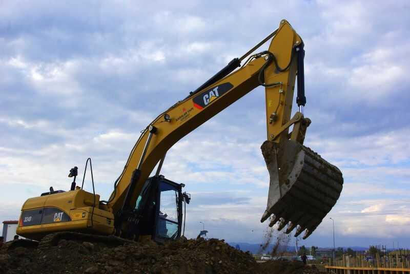 Bandburen grävmaskin schaktar jordmassor